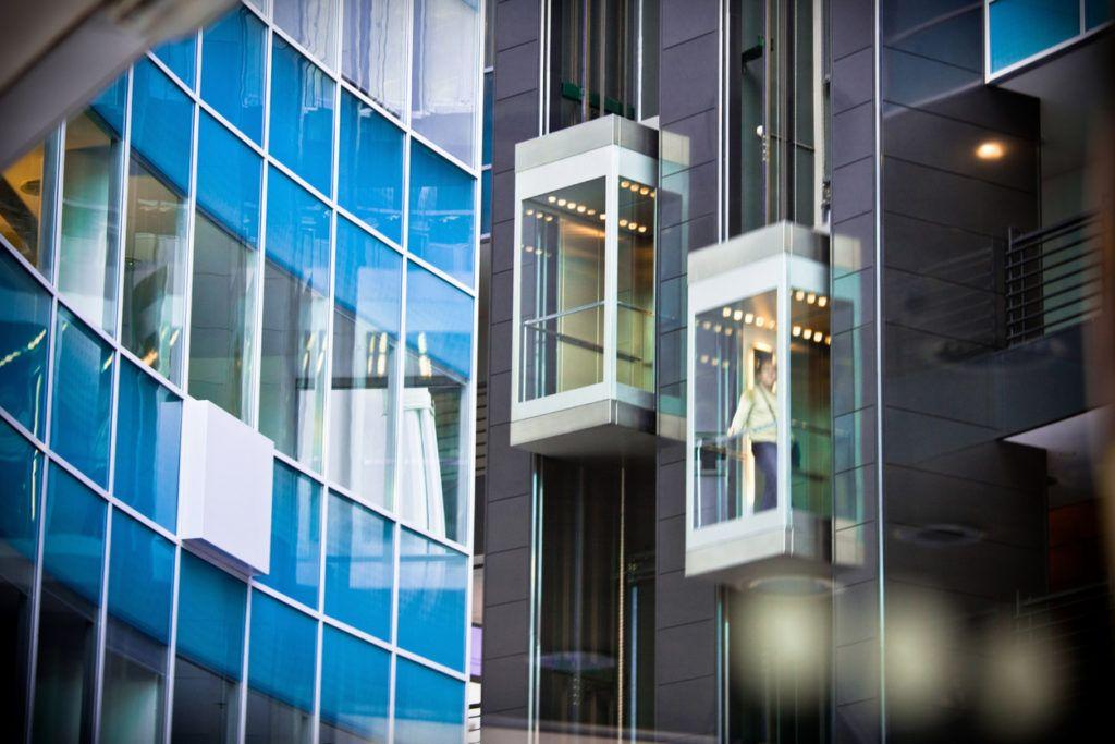 هزینه تعمیر و سرویس آسانسور با مالک یا مستاجر