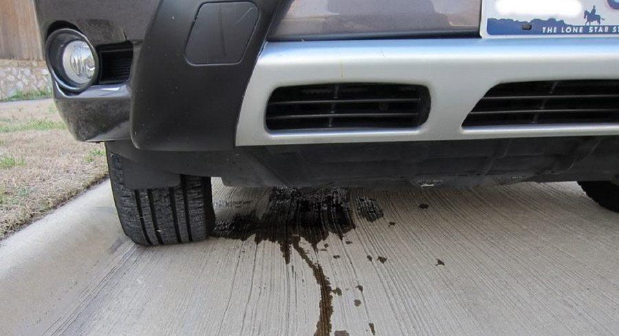 روغن ریزی ماشین در پارکینگ