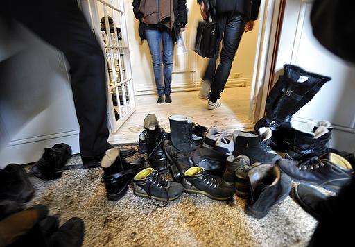 گذاشتن کفش در راهرو مشاعات
